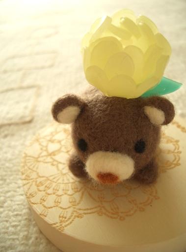 クマに花.JPG